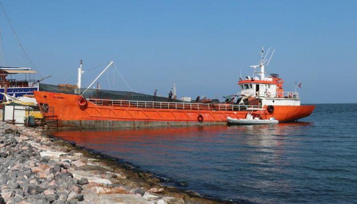 İzmir'de bir gemide 276 sığınmacı yakalandı, organizatör oldukları iddiasıyla 8 kişi gözaltına alındı.