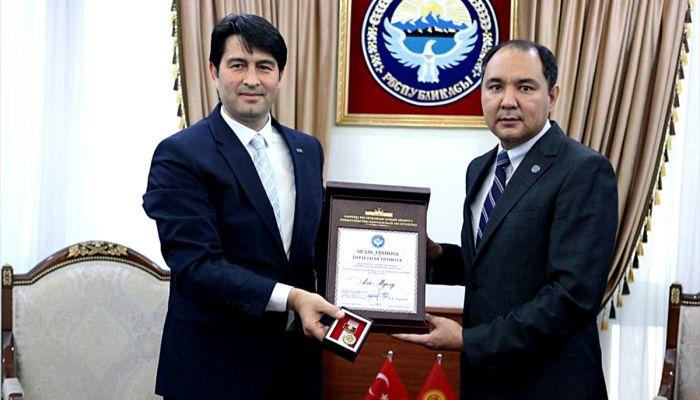 Kırgızistan hükümetinden TİKA'ya onur nişanı
