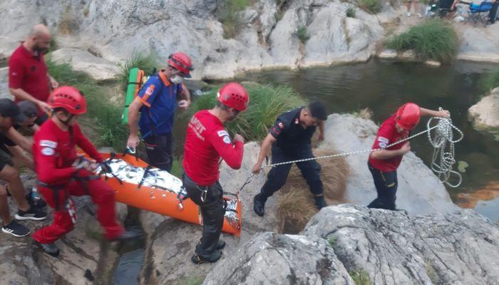 Kocaeli'de doğa yürüyüşünde kayalıklardan düşen kadın kurtarıldı