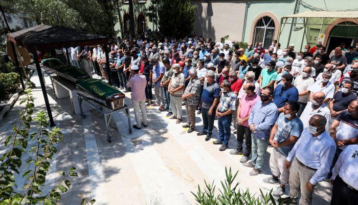 İzmir'de batan teknede ölen anne ve iki çocuğunun cenazesi defnedildi