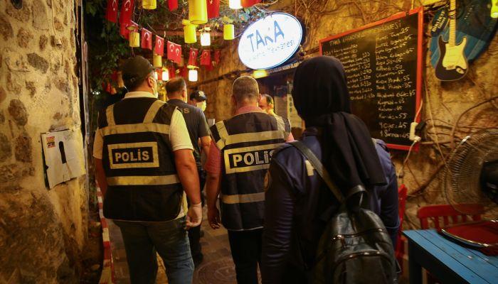 Antalya'da polis ekipleri halka açık mekanlarda Kovid-19 denetimi yaptı