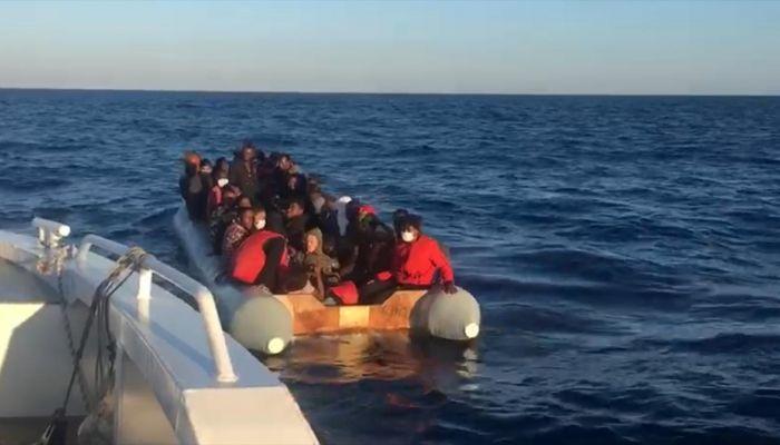 İzmir'de motoru sökülen botla Türk karasularına geri itilen 44 sığınmacı kurtarıldı