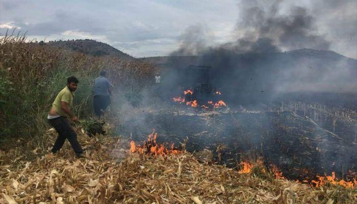Tarlada ekim sırasında yanan traktör kullanılmaz hale geldi