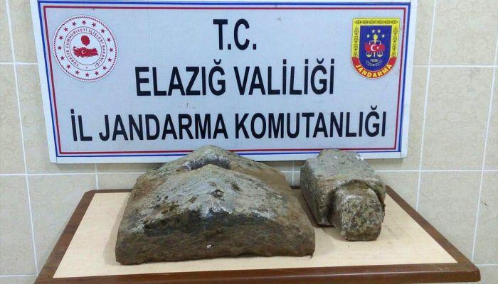 Elazığ'da Osmanlı dönemine ait 2 mezar taşı ele geçirildi