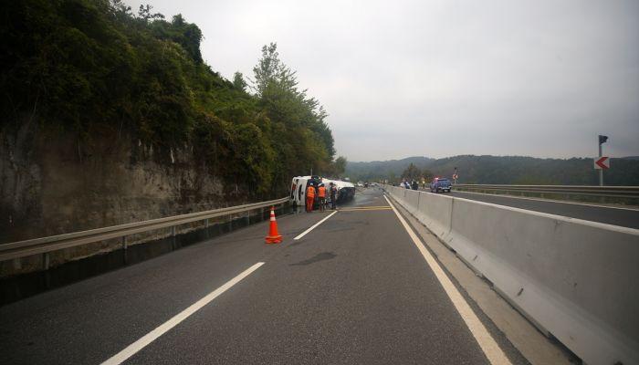Bolu Dağı'nda devrilen zift yüklü tanker otomobile çarptı: 3 yaralı