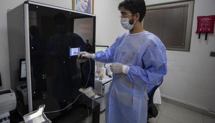"""Kan alma biriminde görev yapan robot """"Nesli"""" hastanedeki teması azaltıyor"""