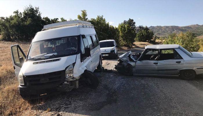 Elazığ'da minibüs ile otomobil çarpıştı: 6 yaralı