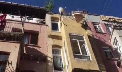 Fatih'te 4 katlı binanın çatısı uçtu