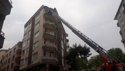 Güngören'de 5 katlı binanın terası çöktü