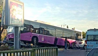 İstanbul'da feci kaza! Otobüs havada asılı kaldı