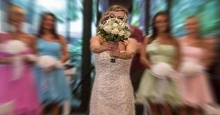 Kendisi ile törenle evlenen yalnız gelin!
