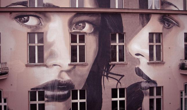 Terk edilmiş binaları sanat eserine çevirdi
