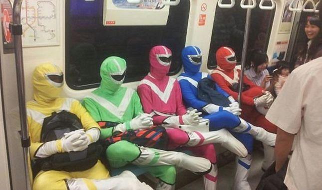 Dünya metrolarında çekilmiş en tuhaf insanların fotoğrafları... A24