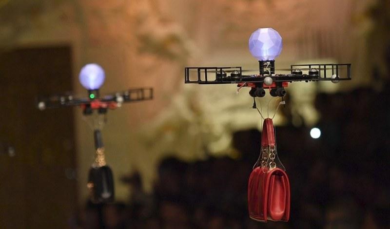 Milano Moda Haftası'nda defile açılışını Drone'lar yaptı A24