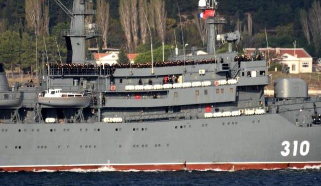 Çanakkale Boğazı'ndan geçen Rus savaş gemisinde ilginç görüntü! Tek tek sıraya dizildiler A24